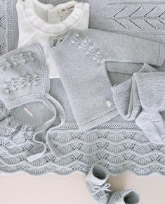 An authentic beauty the new collection / 18 from @ Beautiful🌹🌹❤️❤️ Crochet Baby Sweaters, Knitted Baby Cardigan, Baby Hats Knitting, Baby Knitting Patterns, Hand Knitting, Beginner Knitting Projects, Baby Shawl, Baby Boy Outfits, Baby Dress