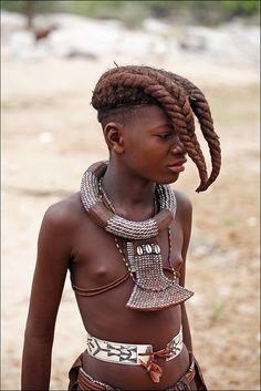 Meisjes dragen hun haar in twee vlechten over hun voorhoofd; in de puberteit vlechten ze hun haar in kleine staartjes die ingesmeerd worden met geitenvet en oker.