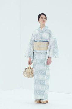 和装ブランド ザ・ヤード(THE YARD)の2018年春夏コレクションを紹介。 「白シャツの様に着る新しい日常をつくるきもの」をテーマに、現代のライフスタイルに溶け込むきものを提案するザ・ヤード。2... 写真5/11 Japanese Costume, Japanese Kimono, Summer Kimono, Yukata, Kimono Fashion, Costumes For Women, Aesthetic Clothes, Handsome, Asian