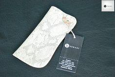 Husa pentru ochelari din piele naturala 5 -animal print  -captusita cu piele crem -ornat cu floare roz din piele -nit metalic argintiu -dimensiuni: L=17cm l=8cm  PRET: 35 lei