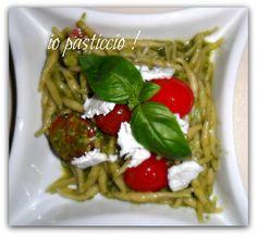 Trofie al pesto di basilico con pomodorini e feta / Pasta with basil pesto, cherry tomatoes and feta
