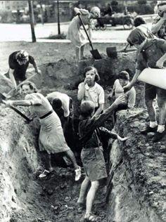 """Kopanie rowów przeciwczołgowych i okopów w Warszawie wrzesien 1939r. źródło: Archiwum """"Mówia Wieki"""""""
