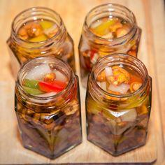 eingelegte Eierschwammerl | © Edith Danzer Snacks Für Party, Pickles, Cucumber, Zucchini, Food And Drink, Diy, Chef Recipes, Healthy Party Snacks, Homemade Bbq Sauce Recipe