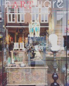 #hartwarebygeesje Nieuwe etalage, vitrinekastjes met curiositeiten 💀maar ook met plantjes 🌱Koester het contrast! #Haverstraatpassage #Enschede