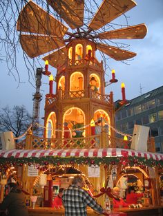 Th giant pyramid and gluhwein stand at the Munich Kripperlrmarkt.