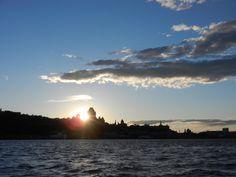 Un magnifique couché de soleil à Québec derrière le Château Frontenac  vu du fleuve Saint-Laurent!