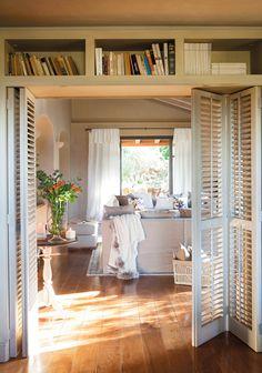 16_Puerta plegable con estantería en la parte superior, parquet y mesita…