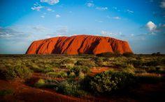 Monolito Uluru (Ayers Rock) (Australia).  Formación rocosa compuesta por arenisca situada en el centro del país australiano. Es una de las mayores atracciones del Parque Nacional Uluru-Kata Tjuta y es uno de los monolotios más grandes del mundo 348 metros de altura, 9 kilometros de contorno y 2 kilometros y medio bajo tierra.
