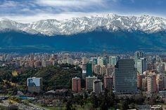 La torre coronada de nieve de los Andes de la ciudad capital y la mayor parte del país.Consejo de viaje: Ya que es en el hemisferio sur, las estaciones de Chile son opuestas a las nuestras. Las mejores épocas para visitar son la primavera (noviembre) y el otoño (abril). Los esquiadores pueden buches por las laderas en julio.Foto cortesía de Turisimo Chile