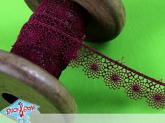 Wunderschönes Spitzenband mit hübschem Blumenmuster zum verzieren von Kleidung, Taschen oder Accessoires. So leicht und einfach kann man tolle Akzente setzen.    - Deinen Ideen sind keine Grenzen gesetzt.