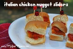Italian: Chicken nuggets, marinara sauce, mozzarella cheese on rolls Kids Picnic Foods, Picnic Recipes, Picnic Ideas, Italian Chicken, Chicken Nuggets, Kid Friendly Meals, Sliders, Italian Recipes, Sandwiches