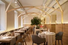 Being entrusted in the design of a new restaurant in the Madrid neighborhood of Salamanca for a team of prestigious restauranteurs is a challenge. Area Restaurants, Cafe Restaurant, Interior Lighting, Table And Chairs, The Neighbourhood, Table Decorations, Dining, Interior Design, Gallery