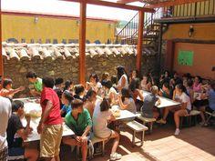 Galería de fotos » Instalaciones - Comedor y patio de casa de piedra | GMR summercamps