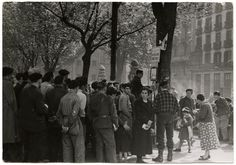 [Group of people waitng to evacuation after a bombing, Bilbao]