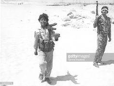 Sur une plage mediterraneenne situee pres du port de Tyr, dans le sud Liban, ce garcon tient un pistolet mitrailleur sovietique kalachnikov et fait partie des plus jeunes recrues de l'OLP qui...