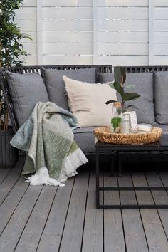 Staycation på lun sommerterrasse. Slik innreder du den perfekte uteplassen! Staycation, Outdoor Dining, Pergola, Cottage, Throw Pillows, Entertaining, Home, Patio, Bamboo