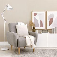 Grace butaca / ¡La pieza ideal para tu rincón de lectura! Grace, una butaca sencilla y con estilo. Tapizada en tela gris con patas de madera natural, ideal para completar la decoración de tu salón, dormitorio o la estancia que tú prefieras, ¡te encantará!