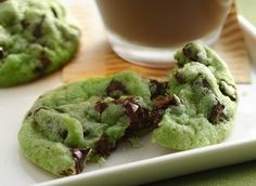 Mint Chocolate Chip Cookies Recipe 1 pouch lb oz) Betty Crocker® sugar cookie mix ½ cup butter or margarine, softened ¼ to ½ teaspoon mint extract 6 to 8 drops green food color 1 egg 1 cup creme de menthe baking chips 1 cup semisweet chocolate chunks Menta Chocolate, Mint Chocolate Chips, Chocolate Cake, White Chocolate, Irish Chocolate, Chocolate Biscuits, Chocolate Pudding, Vegan Chocolate, Chocolate Desserts