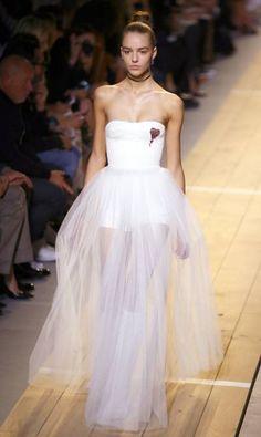 Na estreia da primeira mulher na direção-criativa da Dior, o feminismo deu as regras. Além de brincar com códigos, opondo o masculino e feminino, delicadeza e brutalidade, claro e escuro, Maria Grazia Chiuri ainda levou frases de protesto para a passarela da semana de moda de Paris Francois Mori / AP