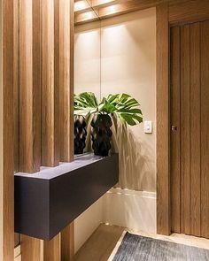 Como decorar o pequeno hall de entrada de elevador Home Entrance Decor, Entrance Design, Hall Design, Hall Interior, Apartment Interior, Interior Design, Hall Wardrobe, Flur Design, Modern Hall