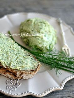 Pasta z sera feta z ziołami Szybka pasta do chleba z sera feta, czosnku oraz natki pietruszki, koperku i szczypiorku....