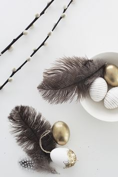 Gold, feathers, and stripped eggs. This is such a chic and elegant way to do easter decor. | DIY