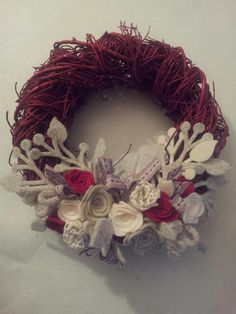 Ghirlanda natalizia con nastri e fiori di feltro