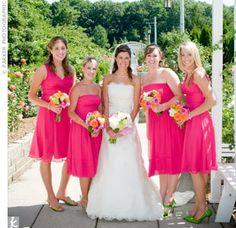 mariée en robe de mariage blanche bustier avec ses demoiselles d'honneur en robe rose