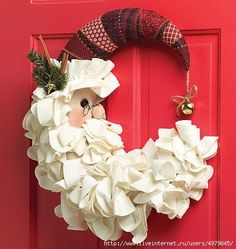 Christmas is a time of joyous celebration and childish anticipation. Make this Christmas extra special by using unique Christmas door decorations to welcome your guests. Wreath Crafts, Christmas Projects, Holiday Crafts, Holiday Fun, Wreath Ideas, Holiday Drinks, Fun Drinks, Noel Christmas, Winter Christmas