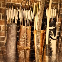 Some beautiful traditional arrow quivers for archery. Elf Rogue, Archery Quiver, Archery Set, Archery Bows, Crossbow Hunting, Archery Targets, Archery Hunting, Longbow, Traditional Archery
