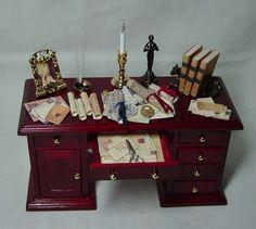 El escritorio del estudio lleno muñecas casa miniatura