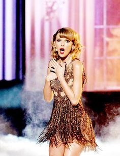 Taylor Swift performing blank space at the 2014 AMAs