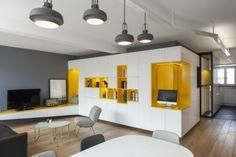 Wohnwand in Gelb und Weiß für die moderne Wohnzimmer Einrichtung