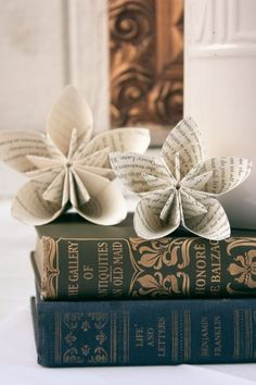 newspaper flowers~ Wouldn't it be cool to in corporate the news paper from the day you started dating your significant into your wedding boquet! Old Book Crafts, Newspaper Crafts, Newspaper Wall, Creative Crafts, Fun Crafts, Arts And Crafts, Origami Flowers, Diy Flowers, Flower Paper