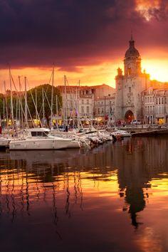 Superbe coucher de soleil au vieux port de La Rochelle...venez en profiter cet été | Charente-Maritime Tourisme #charentemaritime | #coucherdesoleil | #LaRochelle