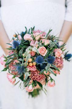 #bouquet #brautstrauß #blau Brautstrauß mit Disteln und Rosen - Sommerliche Hochzeit zu Dritt in Blau und Peach | Hochzeitsblog - The Little Wedding Corner