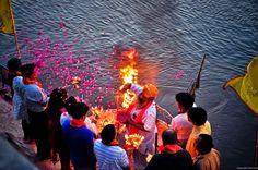 Religious rituals on the banks of the Ganges .Vrindavana - Vamos para índia: Fotos MARCELLA KARMANN.