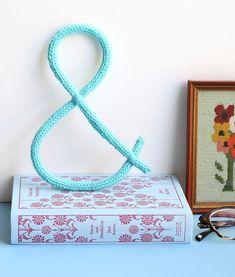 DIY: knit ampersand wall decoration