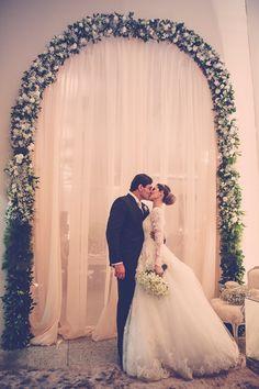 Noivos | Arco de Flores | Casamento | Wedding | Vestido de Noiva | Wedding Dress | Fotos dos noivos | Wedding Photoshoot | Inesquecível Casamento