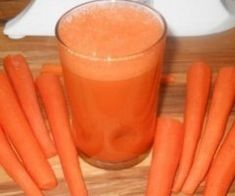 Carrot juice can do wonders for the body. After this woman drank carrot juice for eight months straight, the results were crazy! Ann C. Detox Drinks, Healthy Drinks, Healthy Recipes, Healthy Food, Healthy Life, Diet Recipes, Cancer Fighting Foods, Cancer Cure, Colon Cancer