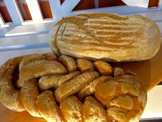 Rapeakuorinen, sisältä ilmava vaalea hapanleipä on ollut unelmissa jo jonkin aikaa. Tämä on ensimmäinen gluteeniton leipä, jonka voisin syödä itse yhdeltä istumalta, vaikka normaalisti en leipää ju...
