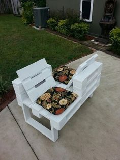 Love seat made from recycled pallets salon de jardin palettes, palette deco Diy Pallet Furniture, Diy Pallet Projects, Outdoor Projects, Pallet Ideas, Woodworking Projects, Pallet Chair, Wooden Furniture, Furniture Plans, Outdoor Furniture