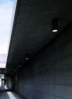cilindro pl | Viabizzuno | cuerpo iluminante de techo para interiores y exteriores IP44 realizado en aluminio brillante o pintado en blanco, gris, negro o bronce, para bombillas halógenas E27 par 20 o 30. no utilizar bombillas halopar coolbeam. la versión pl 30 puede suministrarse también con cableado para lámparas fluorescentes compactas, led o de vapores de halogenuros (suministradas con ballast) con conexión G12. Disponible también la versión pl 35 (de 170mm) de acero brillante o pintado