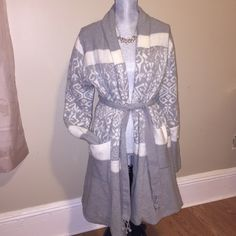 ✨ Beautiful Lounging Robe sz M/L ✨ ✨New✨  ❌ NO TRADES❌ I accept offers ONLY VIA the OFFER BUTTON.  Happy Poshing ❤️ Lemon Intimates & Sleepwear Robes