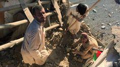 Más de 150 muertos por terremoto de 7,5 que sacudió Afganistán, Pakistán e India. Una familia sufre la destrucción que dejó el terremoto en su vivienda en Kabul.