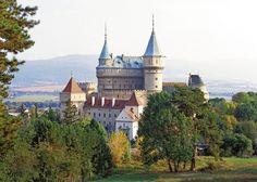 Čarovný zámok postavili na mieste niekdajšieho stredovekého hradu z 11. storočia. Vlastnili ho významné šľachtické rody, poslednými majiteľmi boli Pálffyovci.
