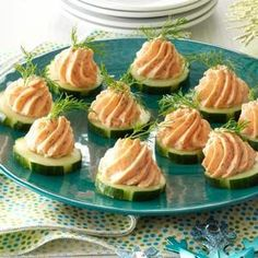 Salmon Mousse Canapes Salmon Mousse Canapes Recipe -It's so easy to top crunchy cucumber slices with a smooth and creamy salmon filling. Guests rave about the fun presentation, contrasting textures and refreshing flavor. Canapes Recipes, Appetizer Recipes, Salmon Mousse Recipes, Smoked Salmon Mousse, Smoked Salmon Canapes, A Food, Food And Drink, Snacks Für Party, Appetisers