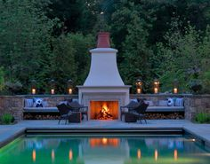 Swimming Pool Traditional Fireplace Design With Stone Built In Bench Throughout The Idea Of A Modern Swimming Pool With A Fireplace Stucco Fireplace, Outdoor Gas Fireplace, Outdoor Fireplace Designs, Fireplaces, Moderne Pools, Traditional Fireplace, Built In Bench, Landscape Designs, House Landscape