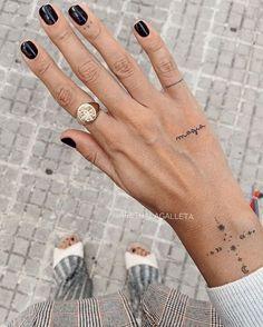 Minimal Hand Tattoo Ideas tattoo old school tattoo arm tattoo tattoo tattoos tattoo antebrazo arm sleeve tattoo Mini Tattoos, Wörter Tattoos, Cute Hand Tattoos, Neue Tattoos, Little Tattoos, Finger Tattoos, Body Art Tattoos, Small Tattoos, Sleeve Tattoos