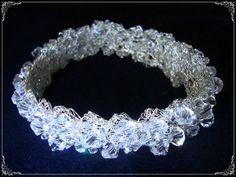 Tiara confeccionada em rendinha de metal bordada com cristais de qualidade . Na folheação desejada. Com 30 cm de comprimento e 2,5 cm de largura. R$ 385,00